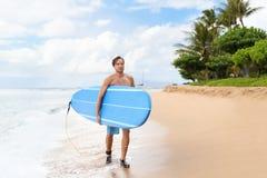 Surfermens die op het strand Hawaï de V.S. surfen van Maui royalty-vrije stock foto