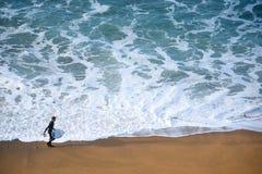 Surfermens op het strand Stock Foto