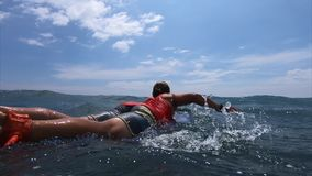 Surferpaddel im Ozean stock video