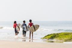Surfers à la plage de Kapu, Inde Image libre de droits