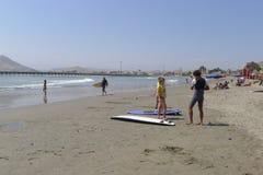 Surfers in één Cerro Azul strand bij het zuiden van Lima Stock Foto's