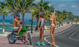 Surfers αγοριών και κοριτσιών που έχουν τη διασκέδαση Στοκ εικόνες με δικαίωμα ελεύθερης χρήσης