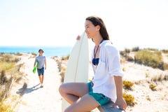 Surfers εφήβων που στην παραλία στοκ φωτογραφίες με δικαίωμα ελεύθερης χρήσης