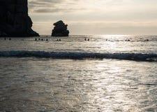 Surfers, ηλιοβασίλεμα στον κόλπο Morro στοκ εικόνα με δικαίωμα ελεύθερης χρήσης
