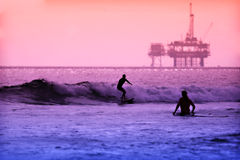 surfers ηλιοβασιλέματος Στοκ φωτογραφίες με δικαίωμα ελεύθερης χρήσης