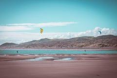 Surfers ικτίνων στην παραλία ρεγκλάν στη Νέα Ζηλανδία στοκ εικόνες
