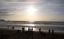 Surfers και κολυμβητές στην παραλία Στοκ φωτογραφία με δικαίωμα ελεύθερης χρήσης