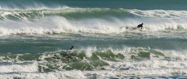 Surfers με τα μεγάλα κύματα στοκ φωτογραφία με δικαίωμα ελεύθερης χρήσης
