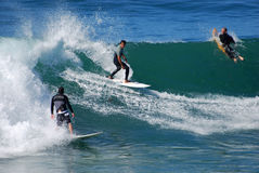 Surfers πινάκων στην παραλία οδών ρυακιών, Λαγκούνα Μπιτς Στοκ Φωτογραφία