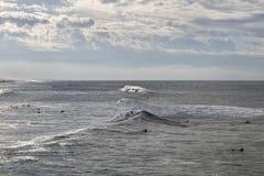 Surfers που κάνει σερφ στον ωκεανό στοκ εικόνες με δικαίωμα ελεύθερης χρήσης