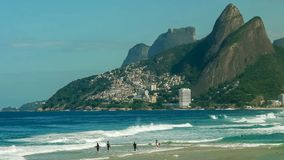 Surfers που κωπηλατεί έξω στην παραλία ipanema στο Ρίο de janeiro στοκ φωτογραφία με δικαίωμα ελεύθερης χρήσης