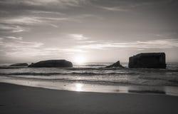 Surfers που παίρνει το σπάζοντας κύμα στο φυσικό Ατλαντικό Ωκεανό σε γραπτό, capbreton, Γαλλία Στοκ εικόνες με δικαίωμα ελεύθερης χρήσης
