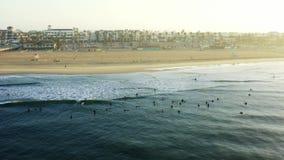 Surfers που περιμένει τα κύματα νωρίς το πρωί στην αυγή στο ασβέστιο Χάντινγκτον Μπιτς απόθεμα βίντεο