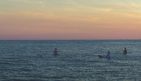 surfers που περιμένουν τα κύματα στοκ εικόνα