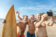 Surfers σε μια συμπαθητική παραλία στοκ φωτογραφίες