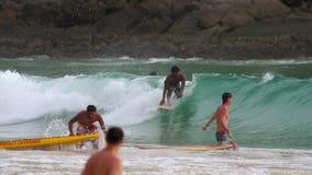 Surfers στα κύματα απόθεμα βίντεο