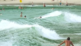 Surfers στα κύματα φιλμ μικρού μήκους