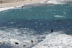 Surfers στην παραλία της Bronte στο Σίδνεϊ NSW στοκ εικόνες
