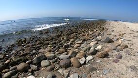 Surfers στην παραλία Topanga απόθεμα βίντεο