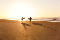 Surfers στην παραλία Στοκ φωτογραφία με δικαίωμα ελεύθερης χρήσης