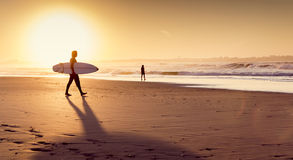 Surfers στην παραλία Στοκ Εικόνα