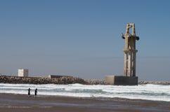Surfers στο λιμένα Sidi Ifni στοκ εικόνες