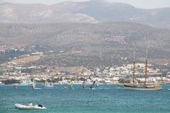 Surfers στο νησί Antiparos, Ελλάδα Στοκ εικόνα με δικαίωμα ελεύθερης χρήσης