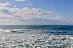 Surfers που κάνει σερφ στον ωκεανό στοκ εικόνα με δικαίωμα ελεύθερης χρήσης