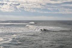 Surfers που κάνει σερφ στον ωκεανό στοκ φωτογραφία με δικαίωμα ελεύθερης χρήσης