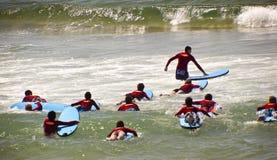 Νέα surfers Στοκ φωτογραφία με δικαίωμα ελεύθερης χρήσης
