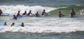 Νέα surfers Στοκ Εικόνες
