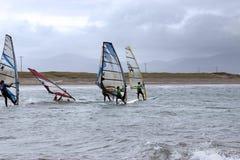 Surfers atlantiques de vent emballant dans la tempête Image libre de droits