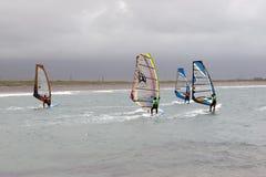 Surfers atlantiques de vent emballant dans les tempêtes Photos libres de droits