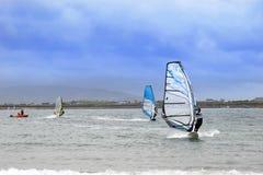 Surfers atlantiques de vent emballant dans les tempêtes fortes Photo stock