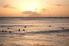 Surfers attendant l'onde photo stock
