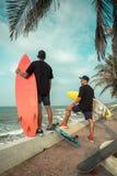 Surfers ayant l'amusement Images libres de droits