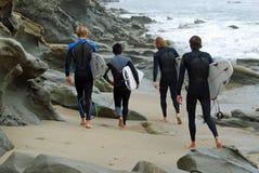 Surfers bij Bekenstraat, Laguna Beach, Californië stock foto's