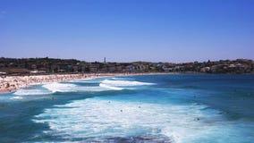 Surfers bij bondistrand in Sydney stock footage