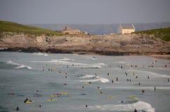 Surfers bij Fistral-Strand, Newquay Royalty-vrije Stock Foto