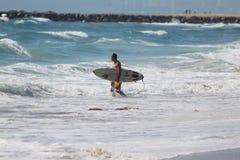 Surfers bij het strand van Gr Porto Royalty-vrije Stock Foto's