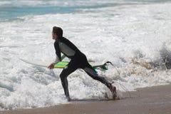 Surfers bij het strand van Gr Porto Stock Foto