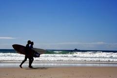 Surfers bij Schemer Royalty-vrije Stock Afbeeldingen