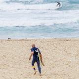 Surfers dans l'action sur la plage de Bondi à Sydney, Australie image stock
