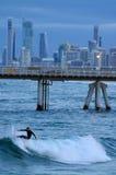 Surfers dans l'Australie du Queensland de paradis de surfers Image libre de droits