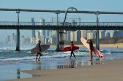 Surfers dans l'Australie du Queensland de paradis de surfers Photographie stock