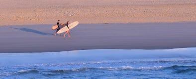 Surfers dans l'Australie du Queensland de paradis de surfers Images libres de droits