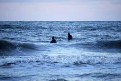 Surfers dans la ligne Photographie stock