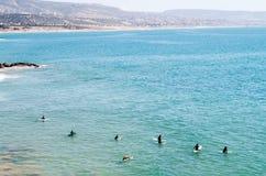 Surfers dans la ligne images libres de droits