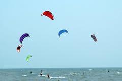 surfers de cerf-volant : Couleur dans l'action Photographie stock libre de droits