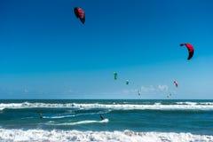 Surfers de cerf-volant dans les vagues Photo libre de droits